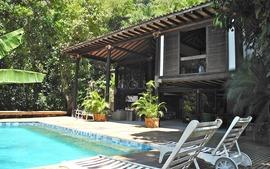 Casa com projeto do arquiteto Claudio Bernardes na Estrada das Canoas