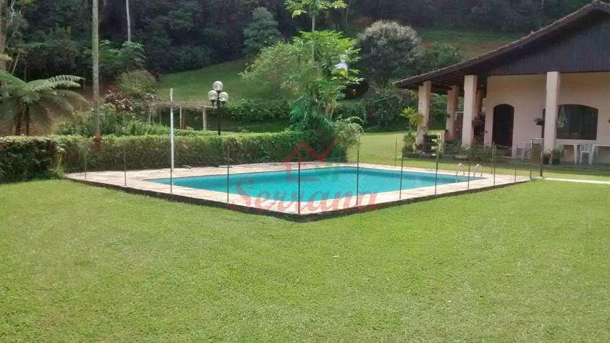 Vista do gramado para piscina