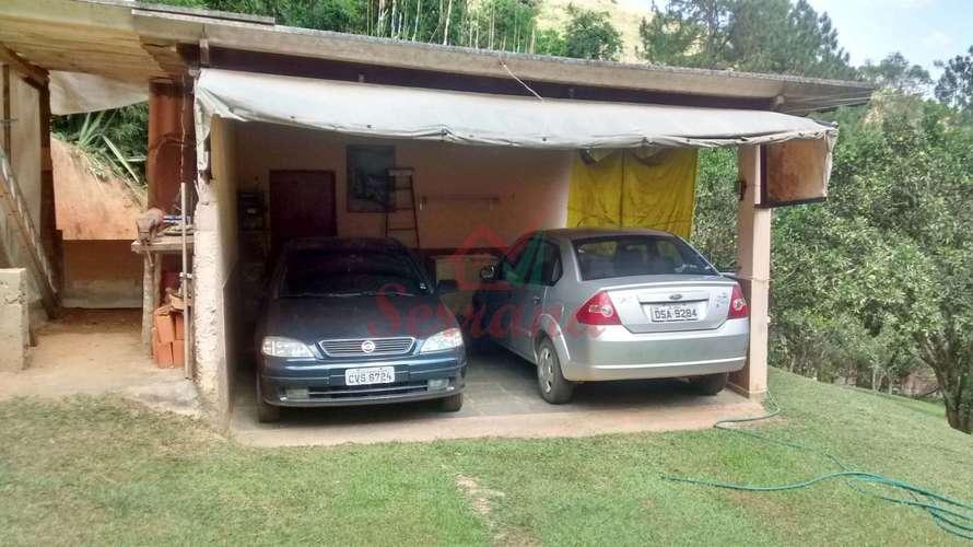 Garagem coberta para dois veículos