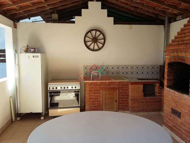 Área gourmet com churrasqueira e fogão à lenha