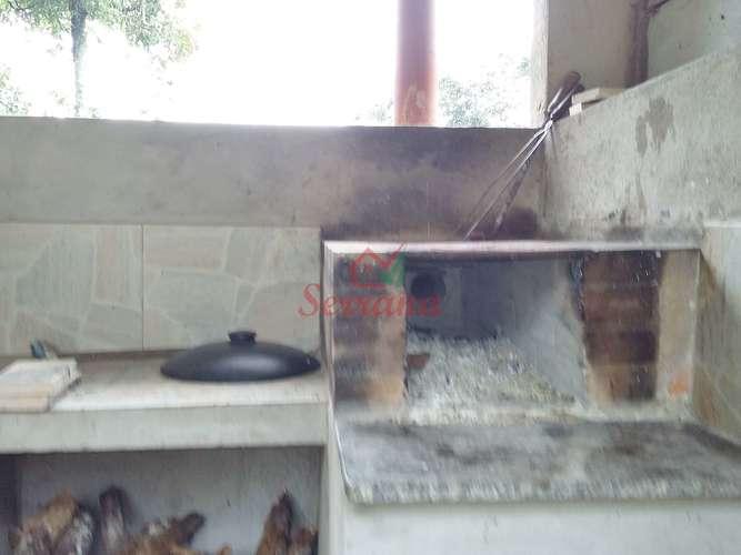 Área de churrasqueira com fogão à lenha