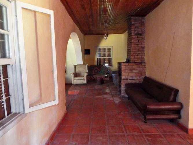 Sala com lareira e acesso para salão de jogos casa de hospedes
