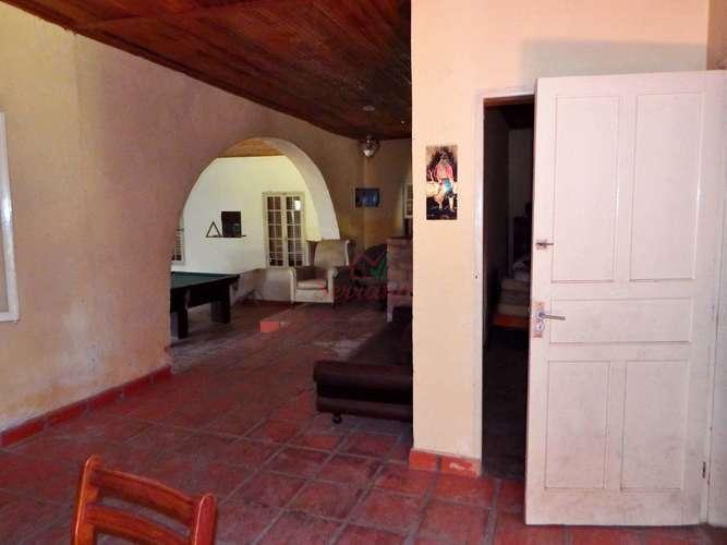 Sala com lareira e acesso para salão de jogos