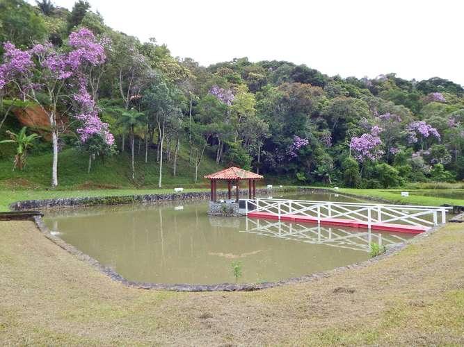 Lago com quiosque