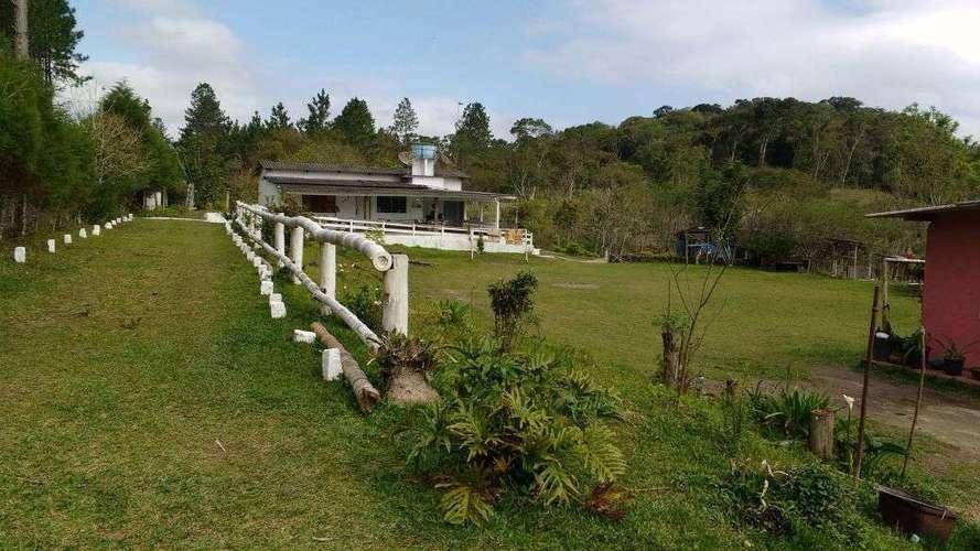 Vista para área gramada da frente casa sede