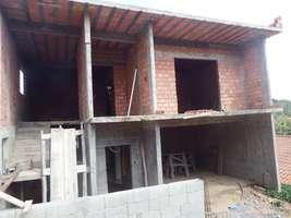 Sobrado de laje bem localizado em construção