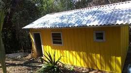 Chácara com casa nova de madeira e lindo bosque.