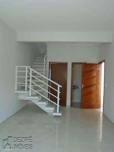 Sala com escada e lavabo