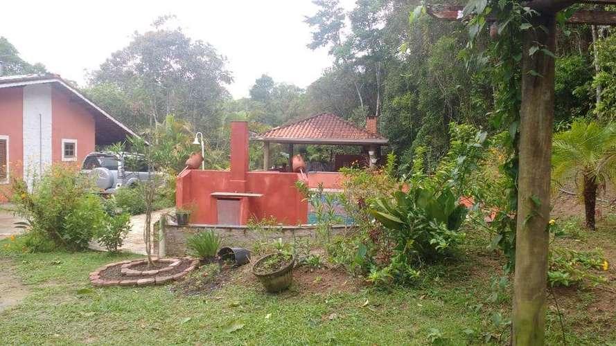 Casa e piscina.