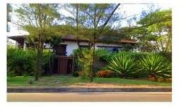Casa de 6 dormitórios e com elevador no posto 9, frontal a praia do Recreio.