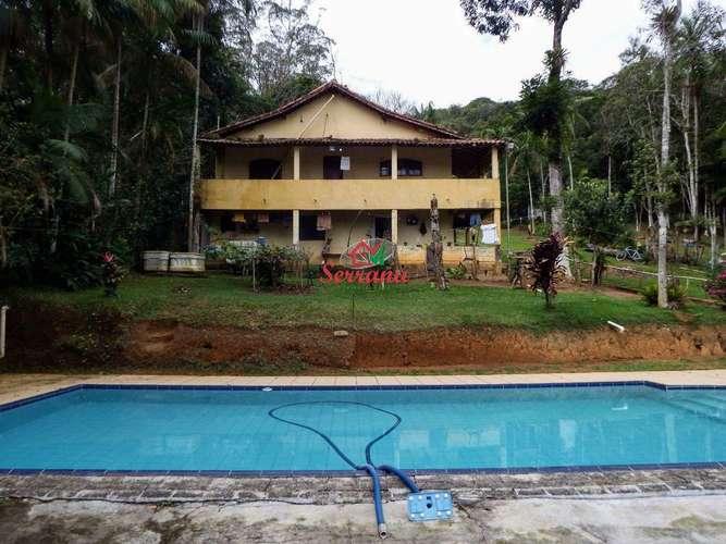 Vista para piscina e casa